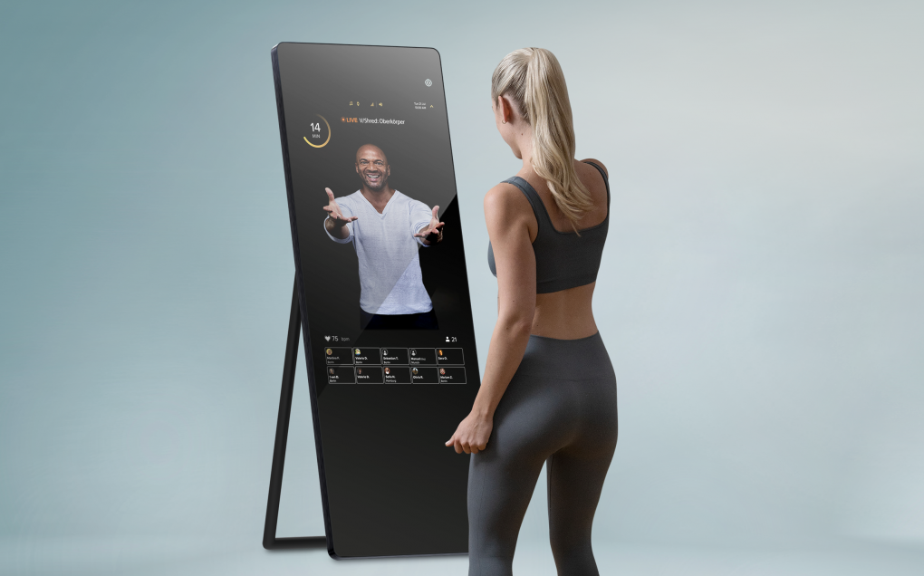 Woman in front of the VAHA fitness mirror, doing the mindset training with Detlef D! Soost.