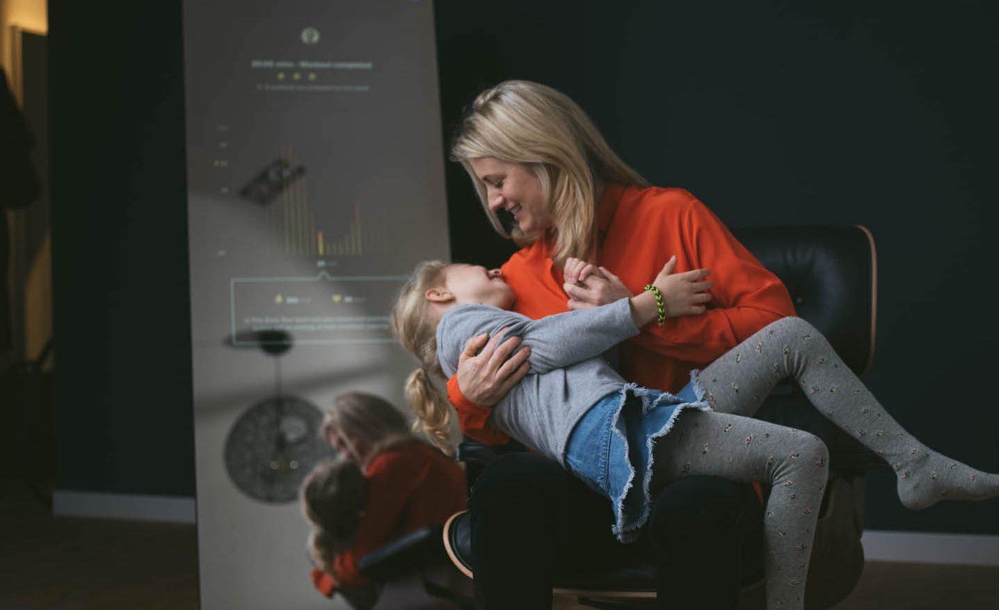 VAHA-Gründerin Valerie Bures-Bönström mit ihrer Tochter.