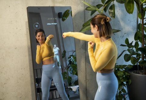 Frau trainiert mit dem VAHA Fitness-Spiegel